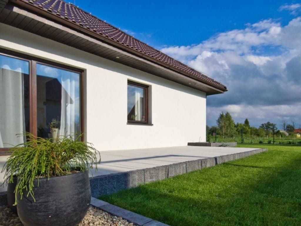 dom z nowymi oknami