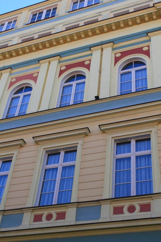 Fasada zabytkowej kamienicy z oknami